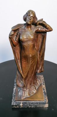 Scultura in bronzo recante firma A. ENDSTORFER Dama con mantello. Art decò. Austria, Primo Novecento