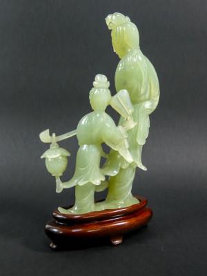 Scultura in serpentino di uomo e bambino. Cina, Novecento