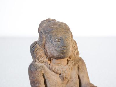 Antica sculturina in terracotta MAJAPAHIT raffigurante una donna seduta. Indonesia, Quattrocento (?)