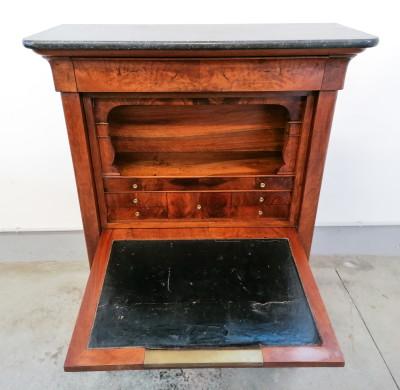 Secretaire cappuccino, Carlo X in legno di noce e radica di noce, con cassetti interni, scomparto inferiore ad ante con cassetto, e cassetto superiore. Italia, 1800