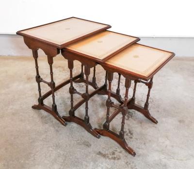 Set di tre tavolini a scomparsa, nesting tables in legno di mogano. REPRODUX Bevan Funnel Ltd. Inghilterra, Novecento