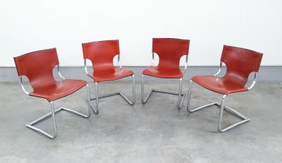 Set di quattro sedie di design italiano riferibili a KNOLL in pelle e metallo cromato. Italia, Anni 70