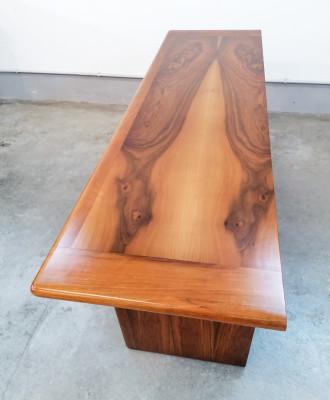 Sideboard di design Titina AMMANNATI & Giampiero VITELLI per Catalano in legno di noce riccamente venato. Italia, Anni 70