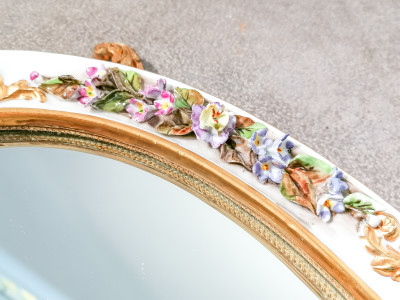 Specchiera da tavolo in porcellana dipinta e ottone. Firmata. Italia, Primo Novecento