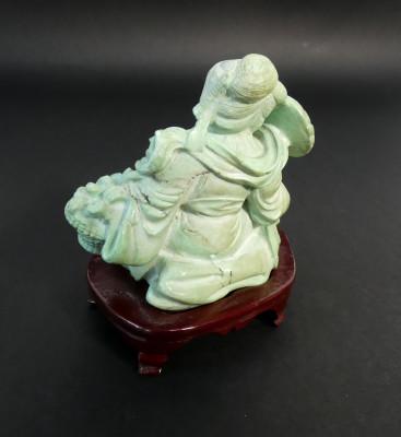 Sculturina di dama cinese in turchese, su basamento in legno. Cina, Novecento