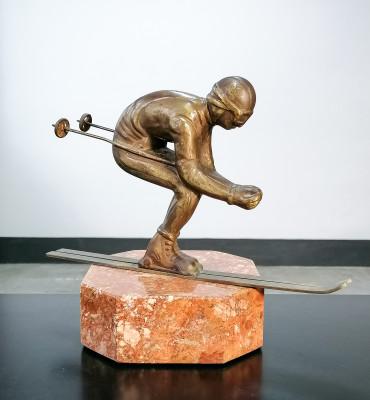 Scultura futurista in bronzo, raffigurante uno Sciatore in posizione a uovo. Italia, Anni 20/30