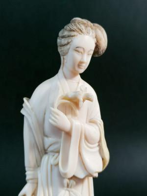 Sculturina di dama cinese, forse della dea Guan Yin, in materiale pregiato. Cina, Fine Ottocento Primo Novecento