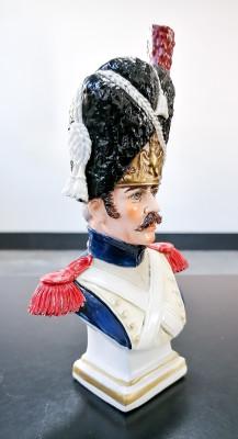 Statuina in ceramica dipinta a mano Granadier a pied de la Garde, 1808. Ceramiche SITZENDORF. Germania, Novecento