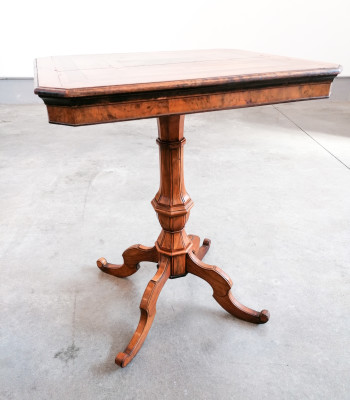 Tavolino a vela in legno di noce intarsiato e impiallacciato in radica e varie essenze. Al centro un intarsio a mosaico raffigurante un cane. Novecento