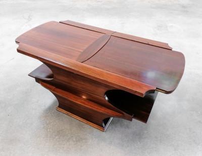 Tavolino di design in legno di palissandro, con portabottiglie a scomparsa estraibile automaticamente mediante una leva laterale. Italia, Anni 70