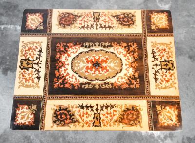 Tavolino apribile con piano intarsiato e carillon della canzone Torna a Surriento. Italia, Novecento