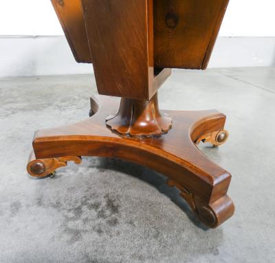 Tavolino da lavoro a bandelle laterali inglese, stile vittoriano, in legno di noce, con cassetti e ruotine. Inghilterra, Fine Ottocento