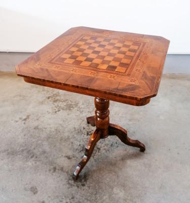 Tavolino da gioco con scacchiera intarsiata sul piano. Primo Novecento