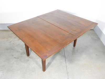 Tavolo a libro in legno di noce e pioppo, con gambe a spillo, originale d