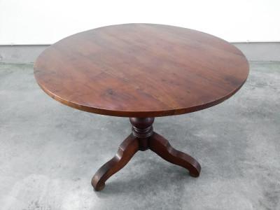 Tavolo a vela in legno massello di noce, con gamba centrale tornita terminante a treppiede. Ottocento
