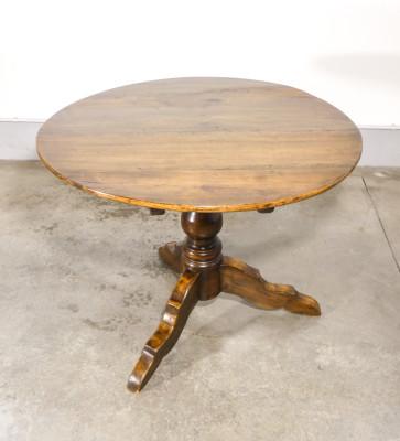Tavolo a vela in legno massello di pioppo, con gamba centrale tornita terminante a treppiede. Ottocento