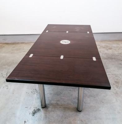 Tavolo di design allungabile, riferibile alla mano di M. Zanuso o J. Colombo, in legno e metallo cromato. Italia, Anni 70