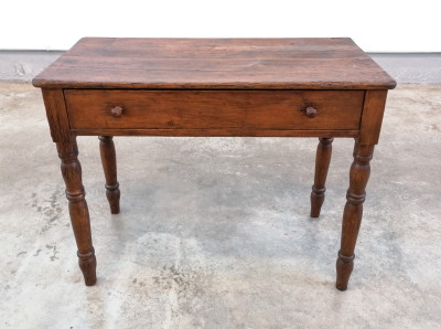 Tavolo in legno massello di abete con cassetto, Carlo X, gambe tornite e scolpite a bottiglia. Ottocento