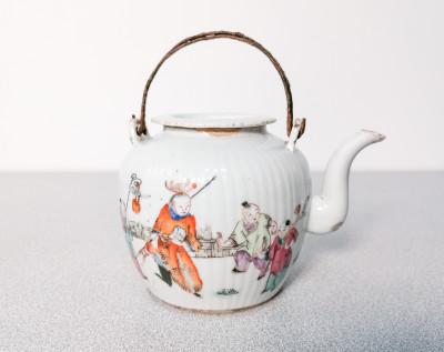 Teiera con coperchio in porcellana cinese dipinta a mano. Periodo Tongzhi (1862-74), con sigillo in ceralacca Jian Ding Huan. Cina, Secondo Ottocento