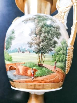 Vaso ad anfora biansata in porcellana dipinta a mano e dorata, con figure di leone sulle anse. Francia, Metà Ottocento