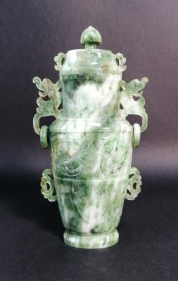 Vaso cinese in giada, con coperchio, decorazione a rilievo, anse e anelli. Cina, Novecento