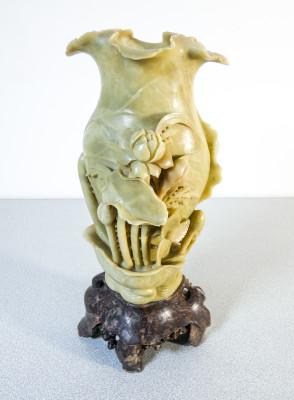 Vaso cinese in pietra scolpita e intagliata. Cina, Novecento