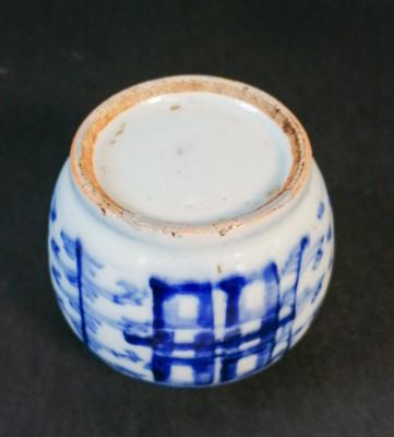Vasetto cinese portaspezie, dipinto nel tradizionale blu su bianco e recante l