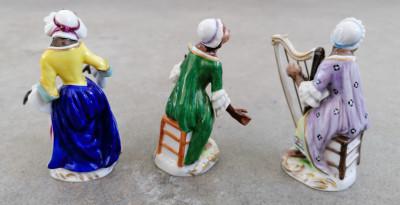 Volkstedt/Rudolstadt Porcelain. Gruppo di otto statuette in porcellana. Scimmiette musicanti in costumi settecenteschi. Germania, Primo Novecento