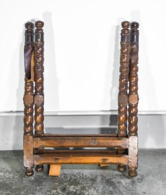 Alzata porta vassoio, cavalletto richiudibile Luigi XIII in legno di noce, cuoio e metallo. Seicento