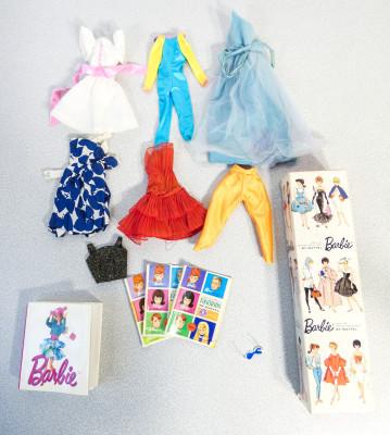 Bambola BARBIE #850 - Teen age fashion model, in confezione originale con vestiti, tre riviste Exclusive Fashions e un catalogo. Giappone, 1959