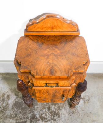 Comodino art Decò in legno e radica, a singola anta, con cassettino. Italia, Anni 20