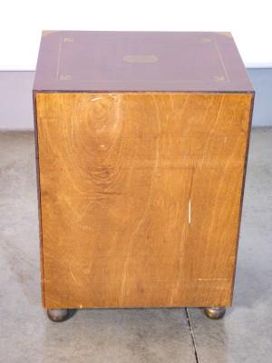Comodino in stile nautico inglese, impiallacciato in mogano, dettagli in ottone, con due cassetti. Novecento
