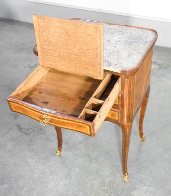 Comodino, piccolo boureau LUIGI XV, in legno intarsiato, con tre cassetti, di cui uno con scrittoio apribile. Ottocento