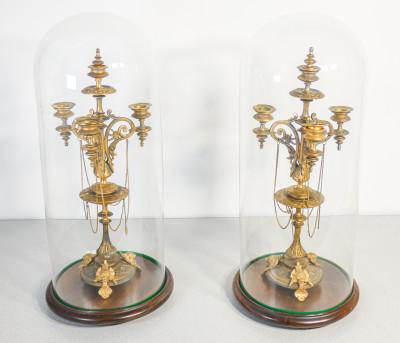 Coppia di candelieri in bronzo dorato a tre bracci con campana di vetro. Francia, epoca Napoleone III