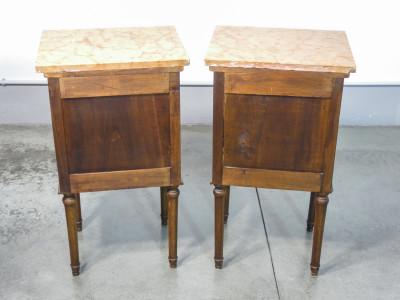 Coppia di comodini Carlo X in legno massello di noce, piano in marmo, singola anta e cassetto. Fine Ottocento Primo Novecento