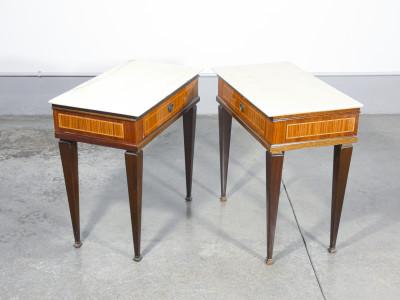Coppia di comodini in legno impiallacciato in varie essenze e piano in marmo. Design italiano, Anni 30