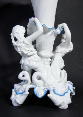 Coppia di grandi vasi a coppa in cermica biscuit con sculture di tritonesse alla base. Ottocento