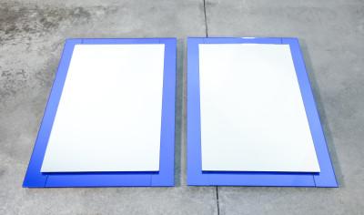 Coppia di specchi design Cristal Art con cornice in cristallo blu. Italia, Anni 60