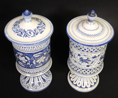 Coppia di vasi da farmacia in maiolica dipinta a mano, manifattura Veschini DERUTA. Italia, Prima metà del Novecento