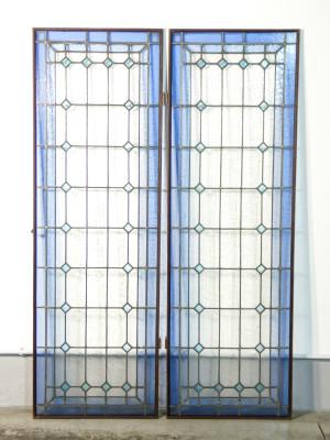 Coppia di vetrate policrome legate a piombo, per finestre a doppia anta. Italia, Novecento