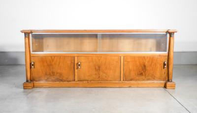 Credenza, sideboard di design con elementi Impero in legno di noce, con tre ante inferiori e due superiori in vetro scorrevoli. Italia, Anni 50