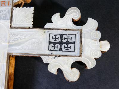 Crocifisso in madreperla e legno d