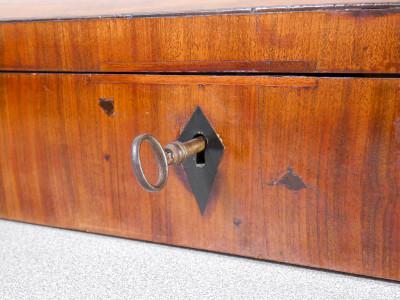 Custodia per violino in legno lastronato in noce, con serratura. Ottocento