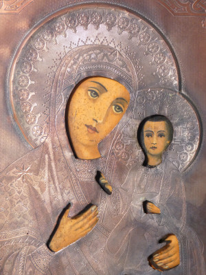 Antica icona dipinta con riza in rame. Madonna con Bambino. Primo Novecento