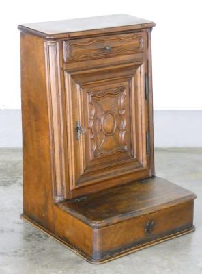 Inginocchiatoio piemontese in noce massello con anta, cassettino e scomparto inferiore. Italia, Ottocento