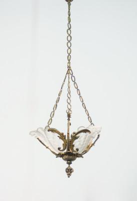 Lampadario decò in metallo dorato e vetro, a singolo lume. Italia, 1920 ca