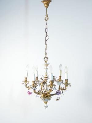 Lampadario liberty a sei lumi in ottone e ceramica policroma, decorazione floreale. Italia, Primo Novecento