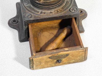 Antico macinino a manovella in ghisa B.T. Bartolomeo Trucchetti marca depositata. Forno Canavese, Secondo Ottocento