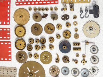 Grande lotto di pezzi MECCANO - BRAL Il Costruttore Meccanico. Italia, Anni 40