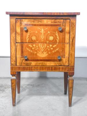 Mobiletto di servizio a due cassetti stile Luigi XVI, in legno intarsiato. Primo Novecento